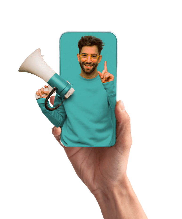 Mano con celular haciendo publicidad digital